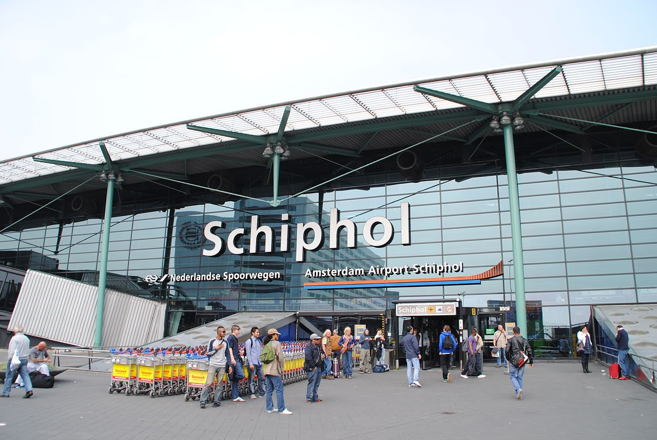 1280px-Amsterdam_Schiphol_Airport_entrance.jpg